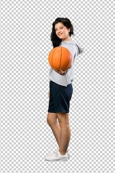 Giovane donna giocando a basket