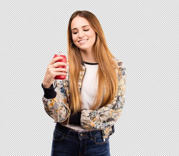 Giovane donna graziosa che beve una coca cola