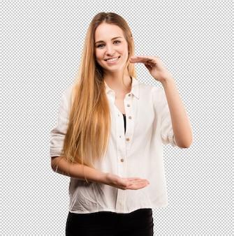 Giovane donna graziosa che fa gesto di dimensione