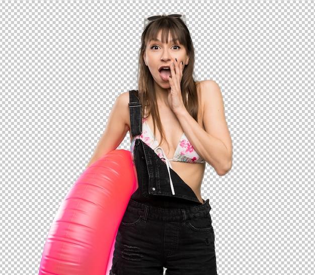 Giovane donna in bikini con sorpresa e scioccato espressione facciale