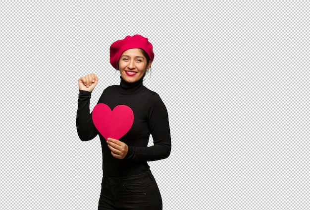 Giovane donna in giorno di san valentino ballare e divertirsi