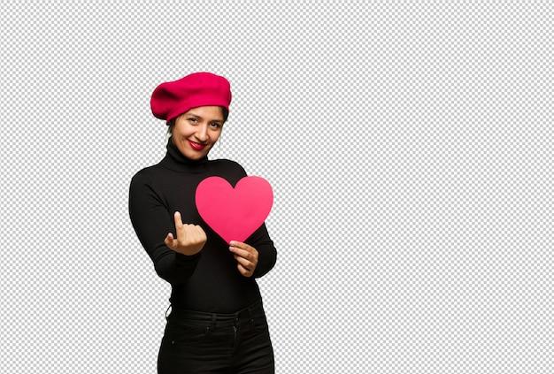 Giovane donna in giorno di san valentino che invita a venire
