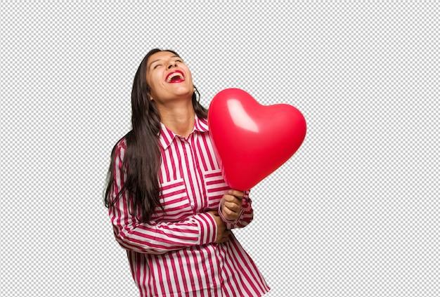 Giovane donna indiana che celebra san valentino