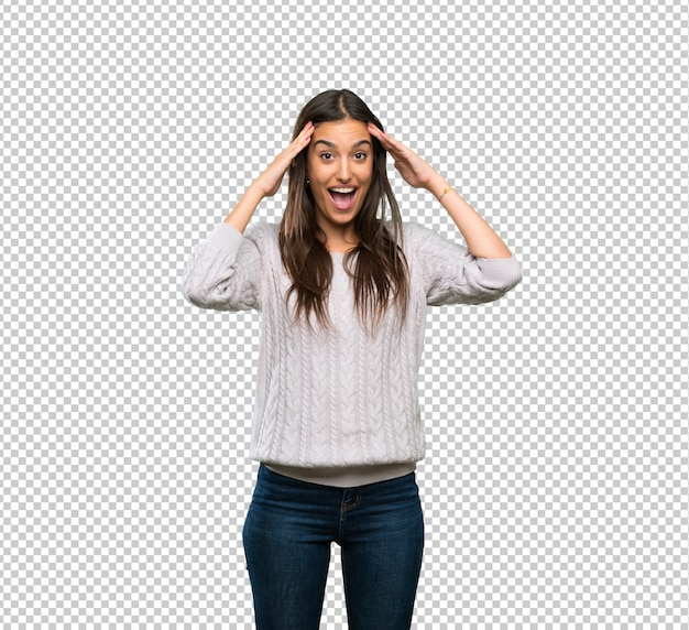 Giovane donna ispanica bruna con espressione sorpresa