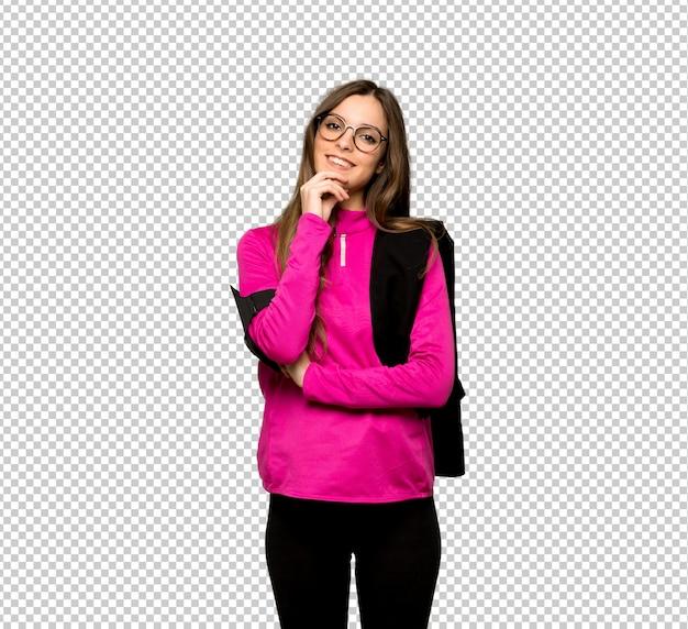 Giovane donna sportiva con gli occhiali e sorridente