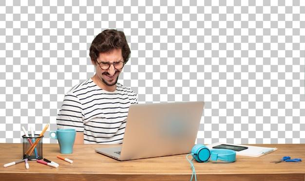 Giovane graphic designer uomo barbuto. espressione stupita o scioccata