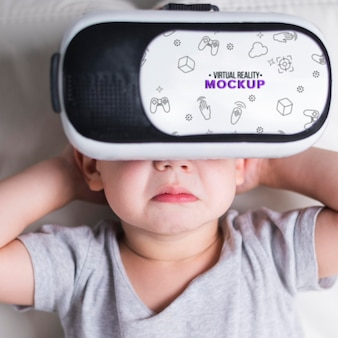 Giovane ragazzo del primo piano che prova realtà virtuale con il modello