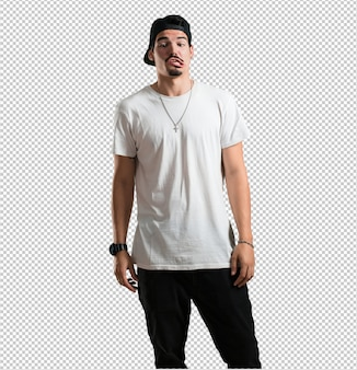 Giovane rapper pazzo e disperato, urlando senza controllo, divertente pazzo che esprime libertà e selvaggio