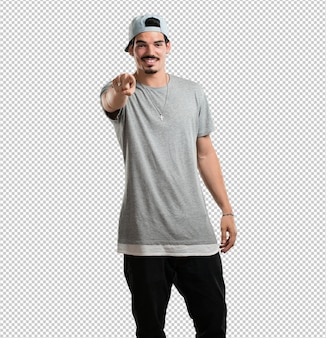Giovane rapper uomo allegro e sorridente che punta verso la parte anteriore