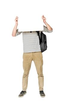 Giovane uomo adulto che tiene il ritratto dello studio del bordo in bianco