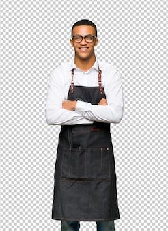 Giovane uomo afro american barbiere con gli occhiali e felice