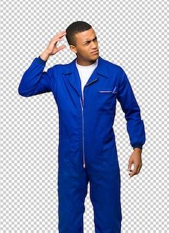 Giovane uomo afro american worker avendo dubbi mentre grattando la testa