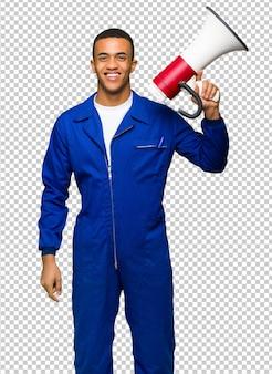 Giovane uomo afro american worker in possesso di un megafono