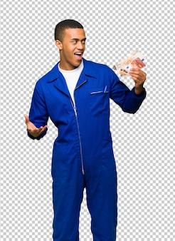Giovane uomo afro american worker prendendo un sacco di soldi