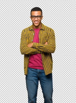Giovane uomo afro americano con gli occhiali e felice