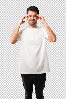 Giovane uomo con la camicia bianca infelice e frustrato con qualcosa. espressione facciale negativa