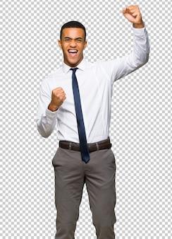 Giovane uomo d'affari afro americano che celebra una vittoria