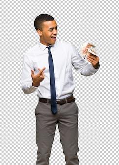 Giovane uomo d'affari afro americano che prende molti soldi