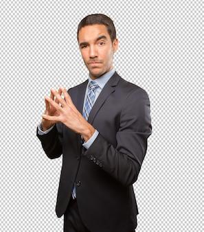 Giovane uomo d'affari che fa un gesto di concentrazione