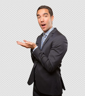 Giovane uomo d'affari felice che mostra gesto