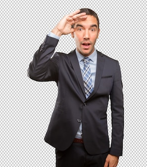 Giovane uomo d'affari interessato che fa un gesto di osservazione