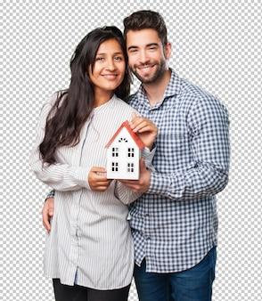 Giovani coppie che tengono una casa