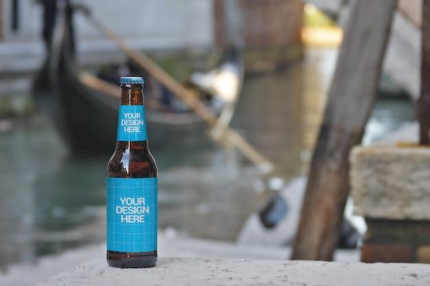 Giro in gondola bottiglia di birra mockup