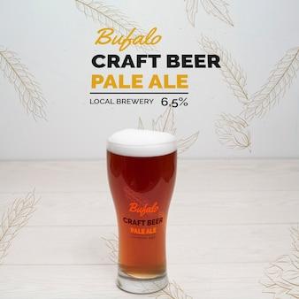 Glas met ambachtelijk bier met schuim
