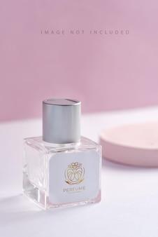 Glazen productpakket aroma parfumflesje op standaard met zonlicht