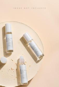 Glazen productpakket parfummonsters op beige oppervlak