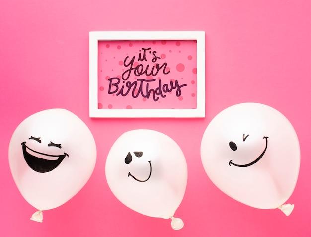 Globos de cumpleaños con marco blanco