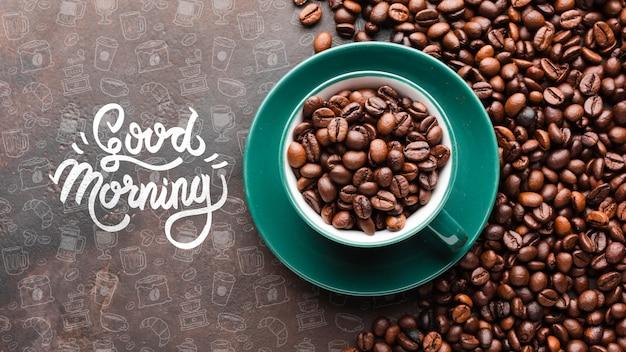 Goedemorgenachtergrond met komhoogtepunt van koffiebonen