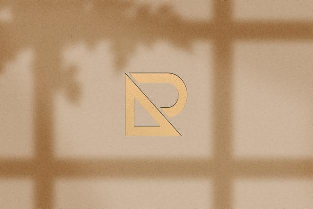 Goud gegraveerd papieren logo op bruin