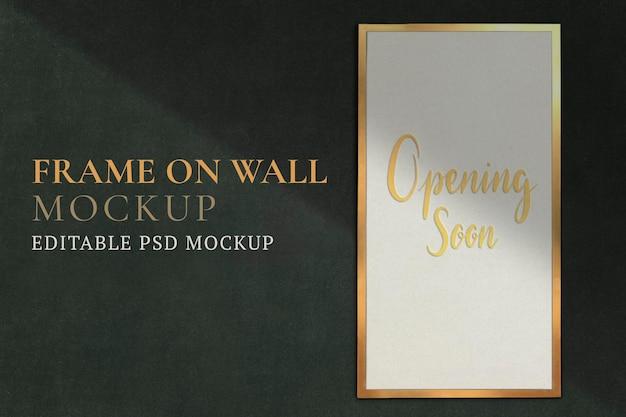 Gouden frame mockup psd op groene muur met tekst die binnenkort wordt geopend