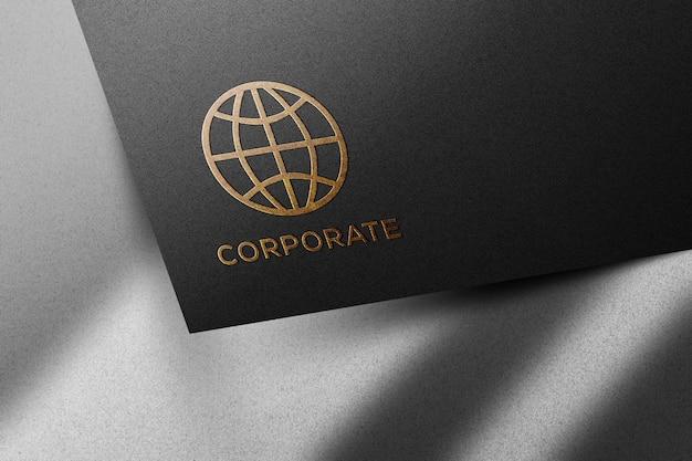 Gouden logo op zwart papieren mockup