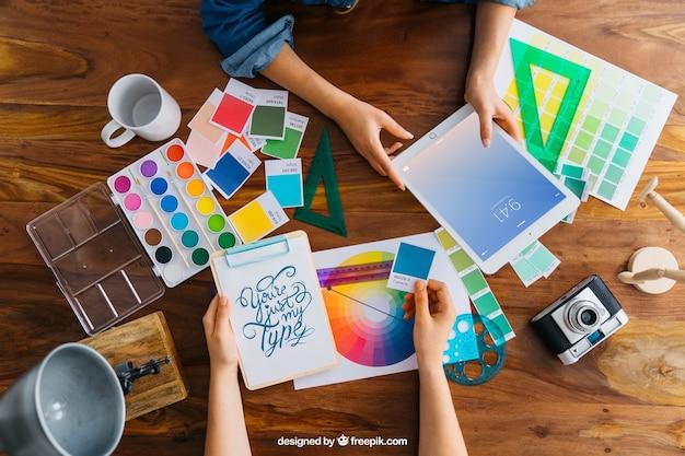 Grafische ontwerper mockup met handen