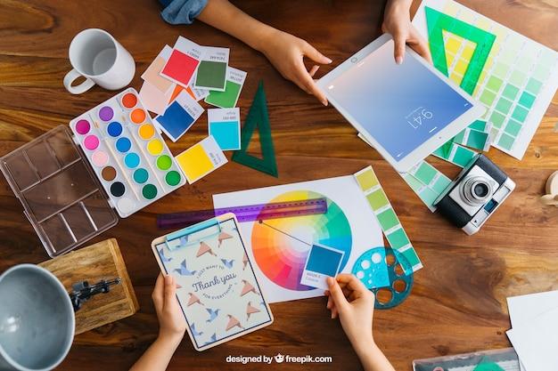 Grafische ontwerper mockup met tablet
