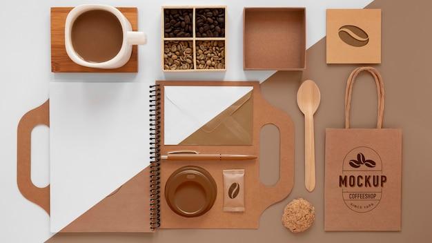 Granos de café y artículos de marca planos.