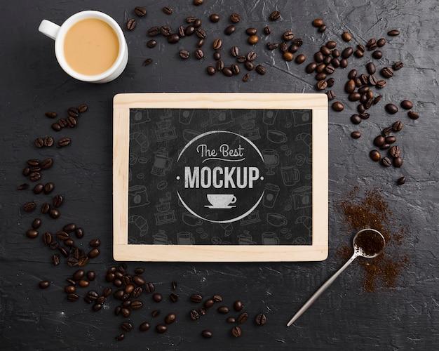 Granos de café y maqueta de taza de café