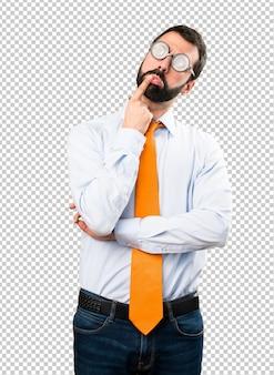 Grappige man met een bril twijfels