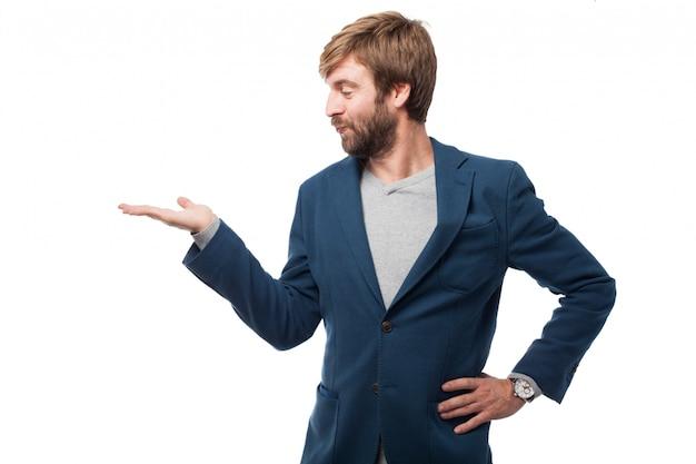 Grappige zakenman kijken naar zijn hand