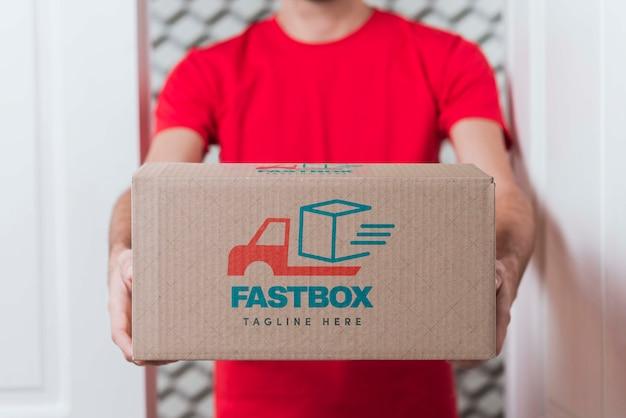 Gratis non-stop levering doos in handen gehouden