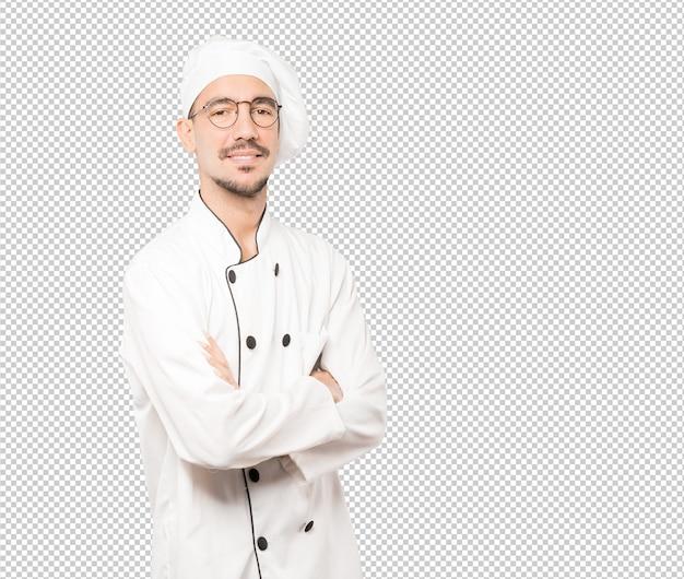 Grave joven chef mirando gesto
