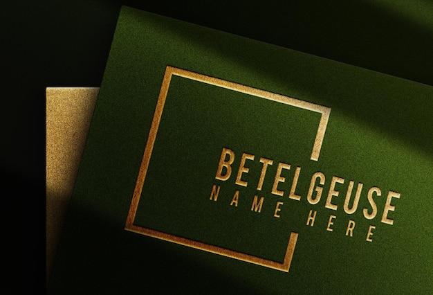 Groen papier met gouden letterpress logo reliëf mockup