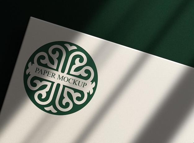 Groen reliëf wit papier mockup met groen oppervlak van bovenaf