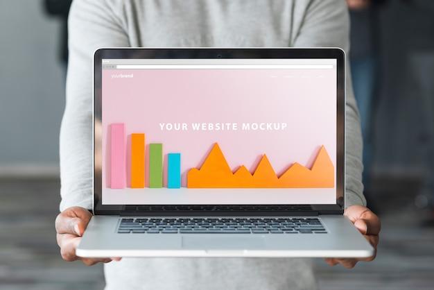 Groep die mensen laptop model voor liefdadigheid houden