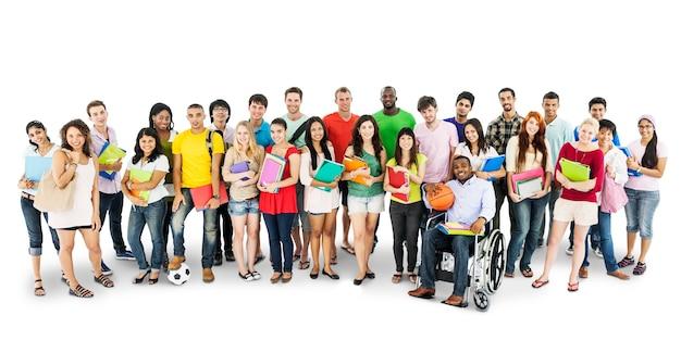Groep diverse die universiteitsstudenten op wit wordt geïsoleerd