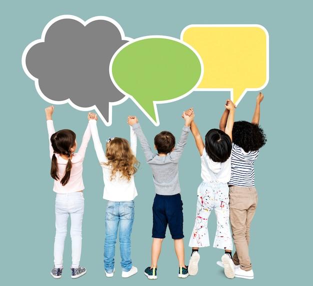 Groep diverse kinderen die handen houden