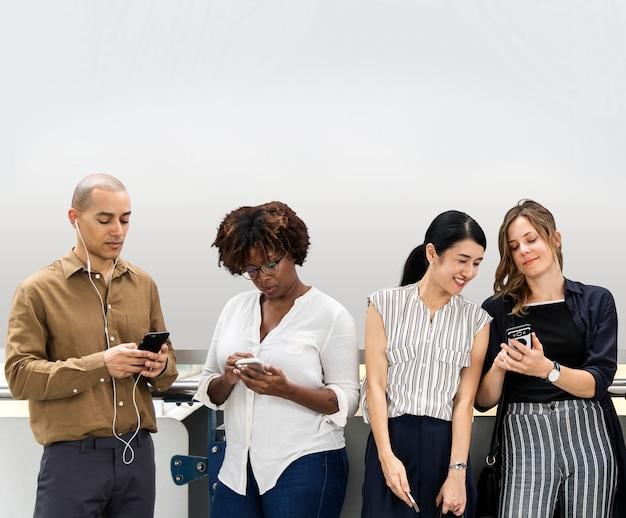 Groep diverse mensen die smartphones gebruiken