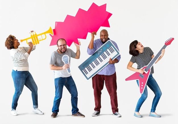 Groep diverse mensen die van muziekinstrumenten genieten